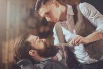 barbier verzorgt de baard van een klant