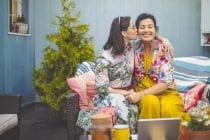 moeder en dochter omhelzen elkaar