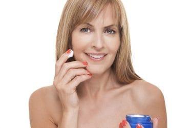 vrouw rijpe huid met anti-rimpelcrème