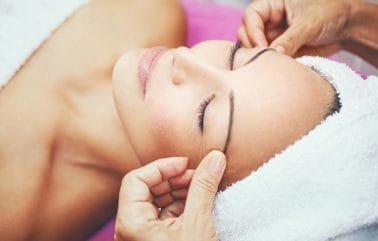 Schoonheidsspecialiste heeft huidverbeterende massage, gelaat