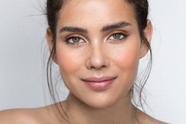 jong meisje met nieuwe wenkbrauw trend, de messy brow