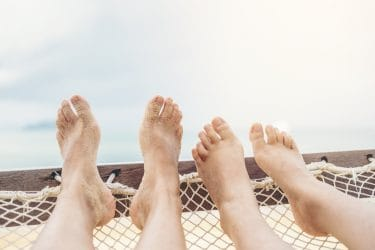 mooie voeten in een hangmat zonder nagelverkleuringen