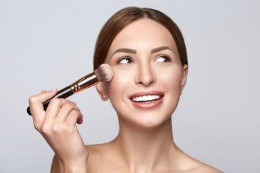 vrouw met make-up kwast