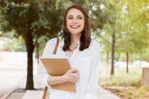 jonge vrouw met boek op weg naar summer school