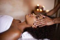 vrouw genieten van een massage