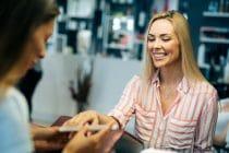 vrouw bij manicure