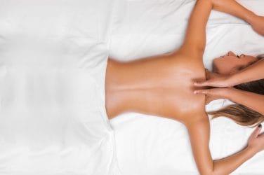 vrouw ondergaat ontspannende massage