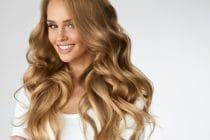 blonde vrouw met natuurlijk ogende hairextensions