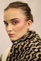 model met make-up met blosjes op de wangen