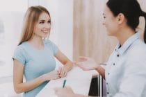 schoonheidsspecialiste ontvangt vriendelijk een klant