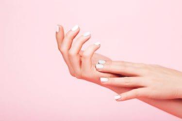 mooie verzorgde handen met witte gelnagels