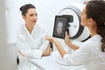 skin expert heeft een huidanalyse apparaat gebruikt voor het analyseren van de huid van een klant.