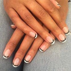 French manicure met een zwart lijntje onder de witte rand