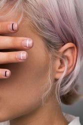 graphic nails witte en zwarte streepjes