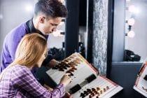 Kapper helpt vrouw bij het kiezen van een nieuwe haarkleur