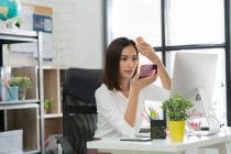 vrouw maakt zich op op kantoor
