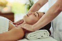 massagetherapeut masseert decolleté en schouders van klant