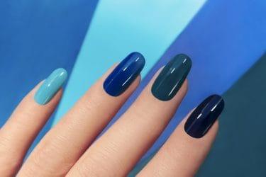 monochromatische blauwe nagels zijn een van de nageltrends voor het najaar 2019.