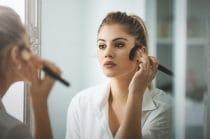 vrouw met het huidprobleem rosacea heeft make-up aangebracht