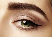 mooi opgemaakt oog met stijlvolle winged eyeliner