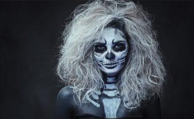 vrouw met getoupeerd Halloween kapsel