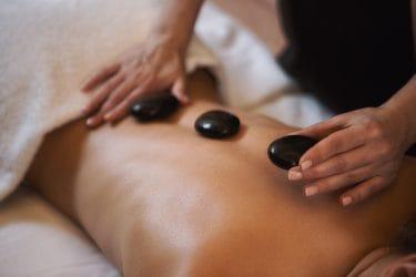 man ontvangt een hot stone massage