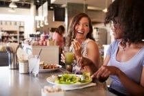 Twee vrouwen genieten van een lunch in Amsterdam