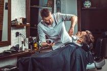 man laat zijn baard verzorgen in een barbershop
