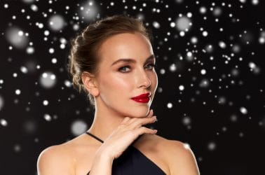 vrouw met klassieke Hollywood kerstmake-up