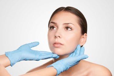 skin expert analyseert de huid van een klant