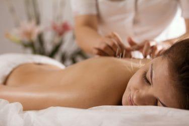 therapeut geeft een dry needling behandeling