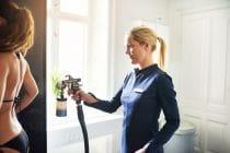 Vrouw ondergaat een professionele behandeling spray tanning in de winter