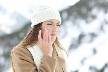 Vrouw heeft last van schrale huid in de winter.