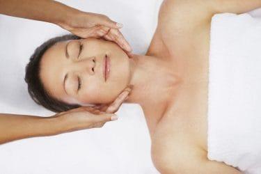 vrouw ontvangt bindweefsel massage voor een stevigere huid