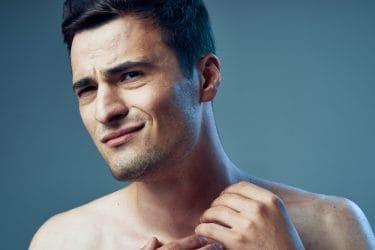 Man heeft last van een geïrriteerde huid na het scheren.