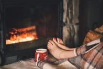 Er zijn veel goede redenen om in de winter naar de pedicure te gaan. Voeten bij de open haard opwarmen.
