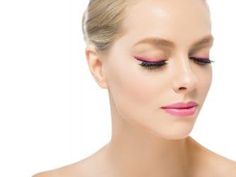 Jonge vrouw met gekleurde eyeliner, een roze eyeliner.
