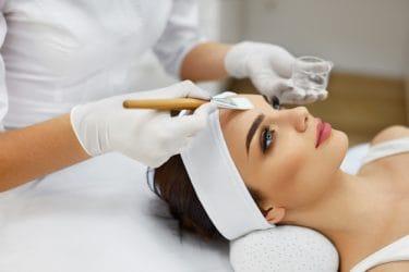 Vrouw ondergaat gelaatsbehandeling van huidverbetering expert