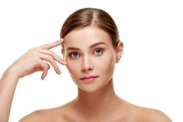Vrouw toont mooie wenkbrauwen na een brow lift behandeling.