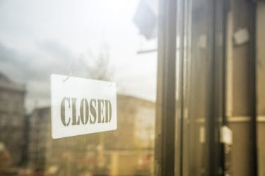 Bordje met gesloten vanwege corona lockdown