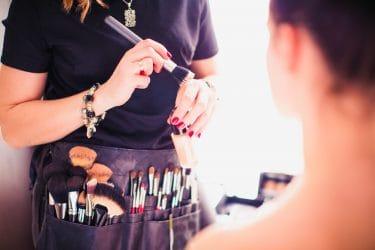 Make-up artist brengt make-up aan voor professionele foto's
