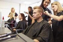 Studenten volgen een praktijkles tijdens hun opleiding kapper, een onmisbaar beroep.