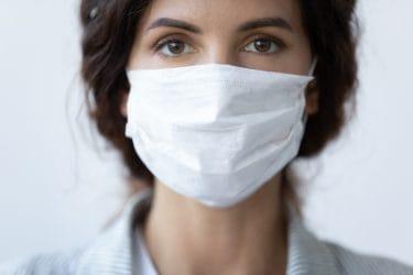 Schoonheidsspecialiste draagt mondkapje in haar salon. Een maatregel om onzekerheid bij de klant weg te halen en veilig te werken.
