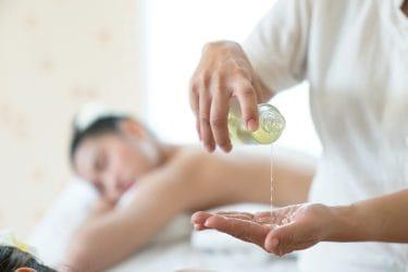 Massagetherapeut gebruikt essentiele olie bij het geven van een ontspannende massage.