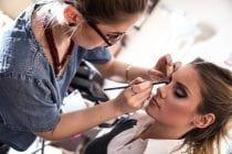 Cursiste oefent met make-up tijdens haar online training visagie.