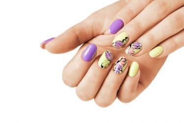 Gelnagels met vlinders behoren tot de zomerse nail art trends van 2020.