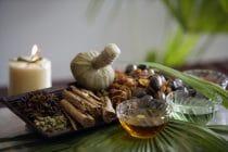 Ayurevda is een veelzijdige leer met kruidenkennis, massages en yoga.