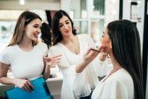 Docente van beauty opleiding helpt studente op weg tijdens praktijkles