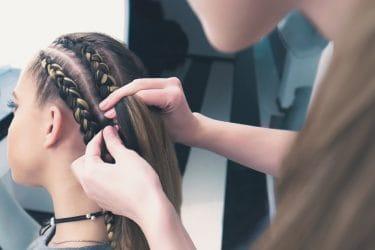 cursist oefent me vechtkapsel tijdens een van de creatieve hairstyling cursussen van Wellness Academie