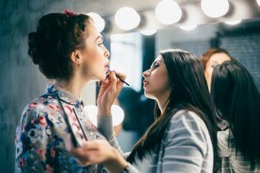 Jonge vrouw oefent met make-up tijdens een van de creatieve visagie cursussen.